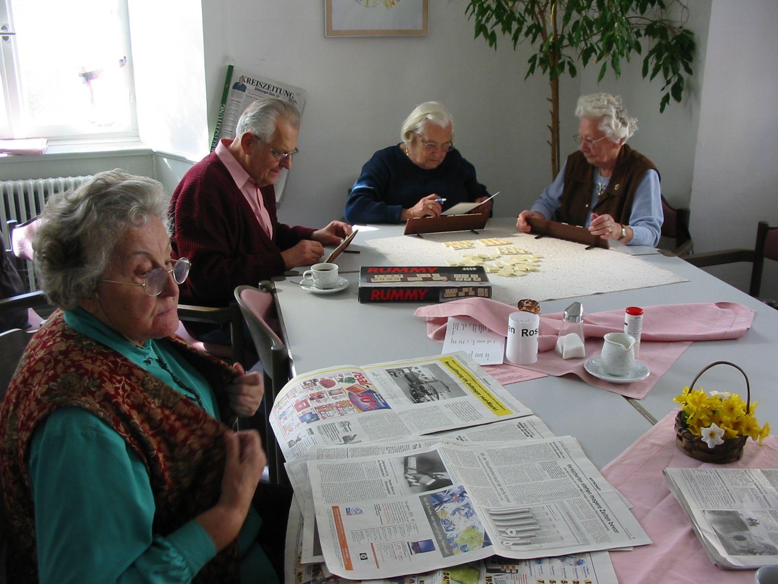 Ältere Menschen beim Seniorentreff