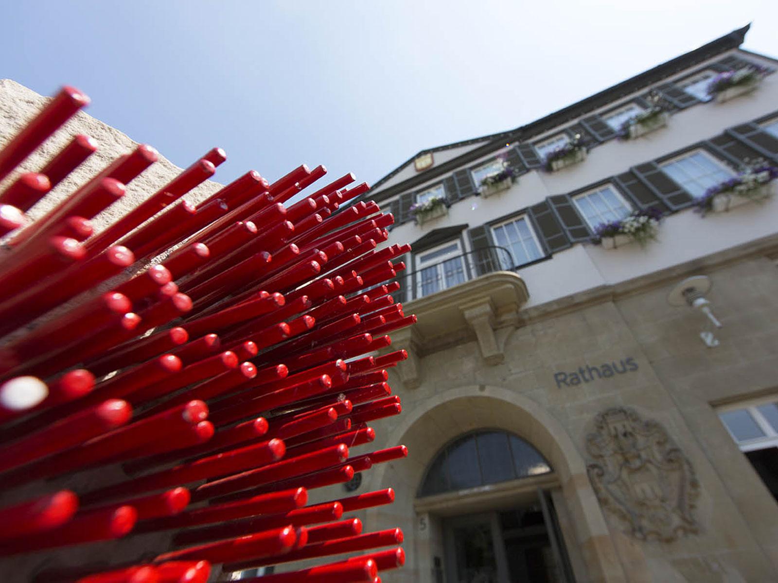 Rathaus in Herrenberg mit Skulptur im Vordergrund