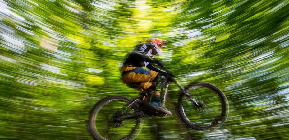 Radfahrer auf der Herrenberger Downhillstrecke