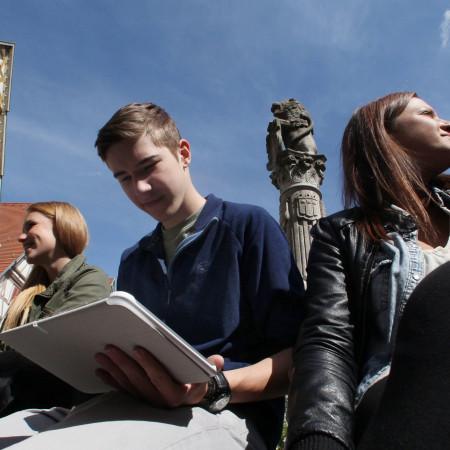 Jugendliche sitzen am Marktbrunnen