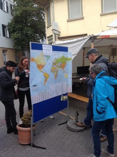 Lange Nacht der Kulturen - Besucher halten auf einer Weltkarte fest, woher sie kommen
