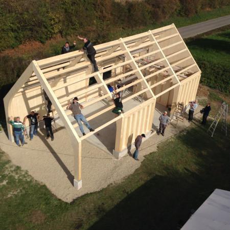 Die Bürgergruppe Kuppinger Grillhütte baut zusammen den Rohbau Ihrer Grillhütte. Man sieht das Grundgerüst aus Holz und viele Menschen die mithelfen