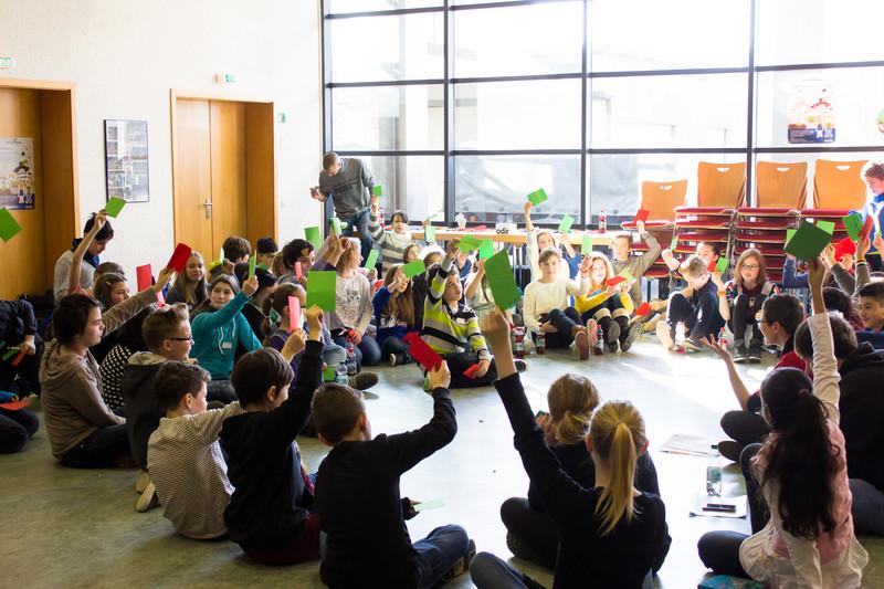 Jugendbeteiligung Herrenberg 2015 - viele Kinder halten Stimmkarten in die Höhe