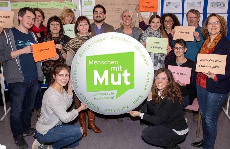 """Gruppenbild vom Begleitausschuss Demokratie leben! in Herrenberg mit Button auf dem steht """"Menschen mit Mut"""""""