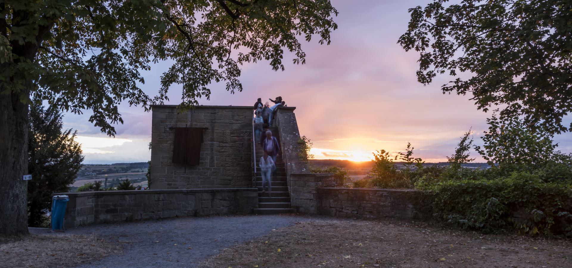 Aussichtsturm Schlossberg im Abendlicht