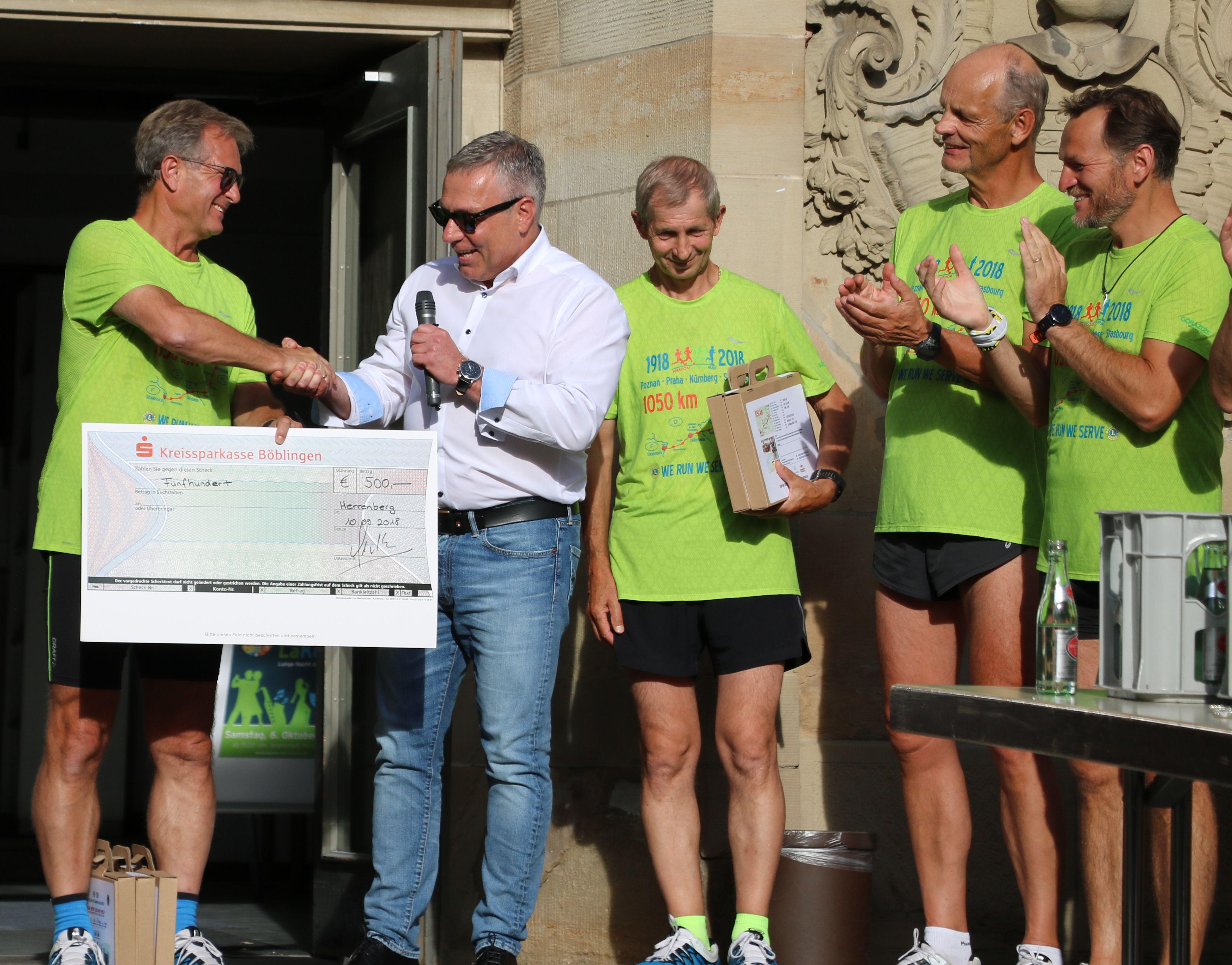 Günter Multrus, Präsident des Herrenberger Lions Clubs (rechts), überreicht Dr. Mariusz Szeib vom Lions Club Poznan den Spendenscheck.