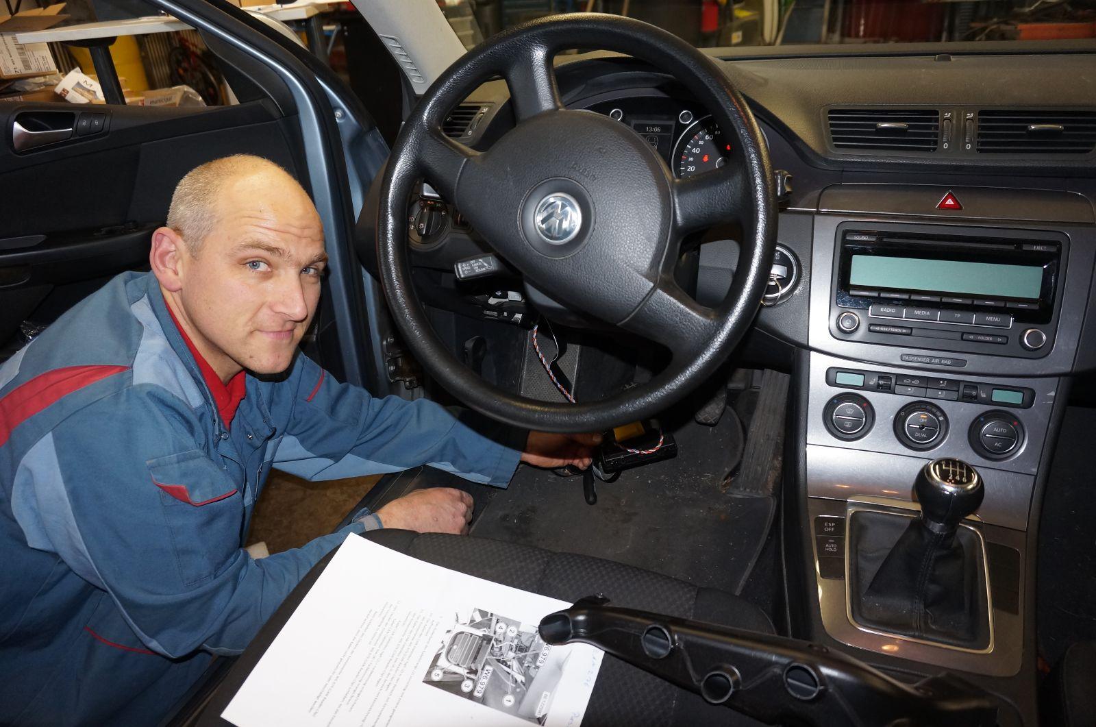 Andreas Jorden vom Bosch Service Gottlob Maier baut ein Messmodul in ein Messflot-ten-Fahrzeug ein.