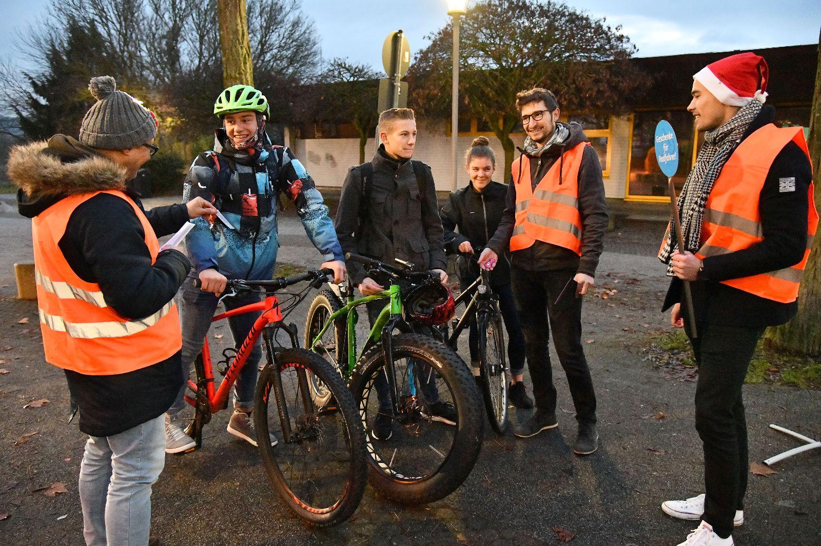 Bei der Nikolaus-Aktion für mehr Verkehrssicherheit haben Mitarbeiter der Stadt mit Eltern und ADFC-Mitgliedern Gutscheine an Schülerinnen und Schüler verteilt, die keine funktionstüchtige Beleuchtung am Fahrrad haben. Alle mit einer intakten Beleuchtung