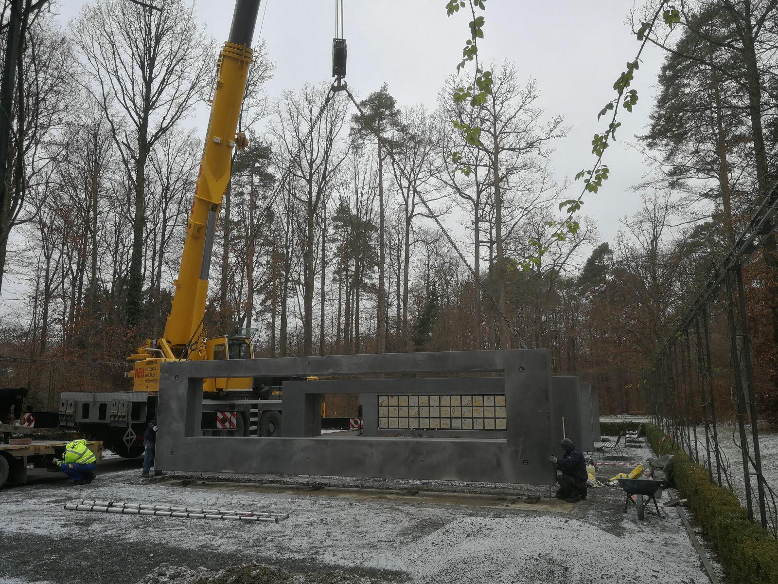 Neue Urnenwände wurden auf dem Waldfriedhof errichtet.