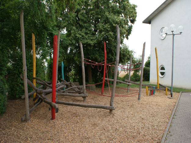 Holz-Klettergerüst mit Kletterseilen