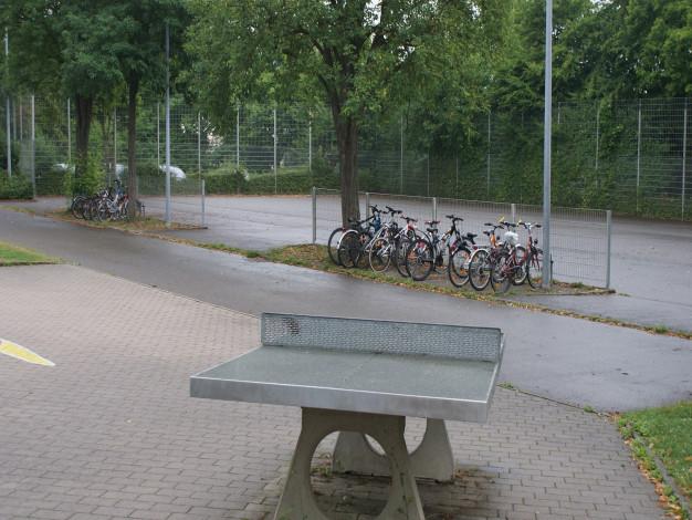 Schulsportanlage mit Tischtennisplatten