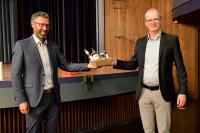 Verabschiedung von Bert Rudolph (rechts) als Leiter des Gebäudemanagements durch OB Thomas Sprißler / Bild: Gabriel Holom