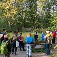 Erste Station des Waldbegangs für Bürgerinnen und Bürger war das Entenseele. Hier erläuterte Revierleiter Winfried Seitz, wie der Forst dafür sorgt, dass der kleine See als Lebensraum erhalten bleibt.