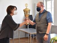 Einen großen, goldenen Wanderpokal überreichte Baubürgermeisterin Susanne Schreiber stellvertretend für das Stadtradeln-Gewinnerteam der Theodor-Schüz-Realschule dem Konrektor Markus Single. Das Team legte innerhalb der drei Aktionswochen 17.300 Kilometer