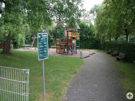 Weg, Wiese und Spielgerüst des Spielplatzes Affstätter Tal