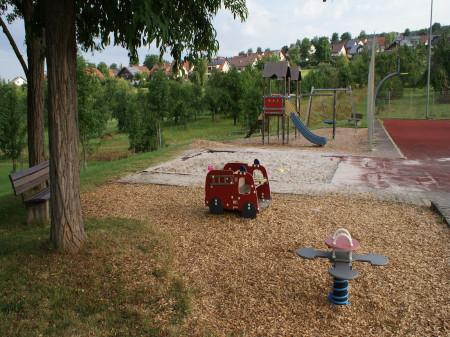 Wipptiere, Sandkasten, Netzschaukel und Rutschgerüst am Spielplatz Grafenberghalle