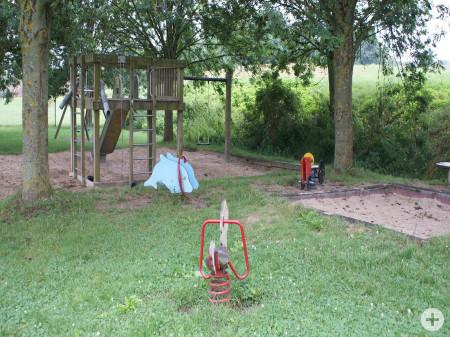 Wipptiere, Sandkasten und Kletterturm mit Rutsche, Schaukel und Zugleinen