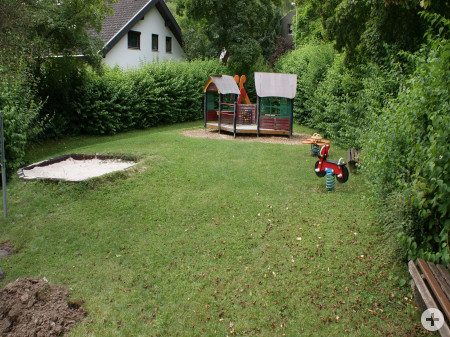 Sandkasten, Wipptier, Rutsche und Spielhaus