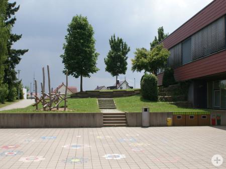Holzgerüst und Pausenhof Oberjesingen Grundschule