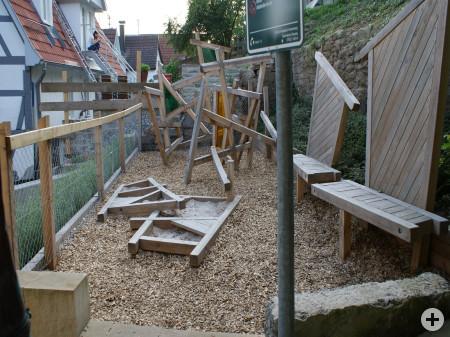 Holz-Kletterspielplatz mit Sandkasten