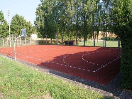 Basketballfeld mit Basketballkorb in der Sindlinger Straße