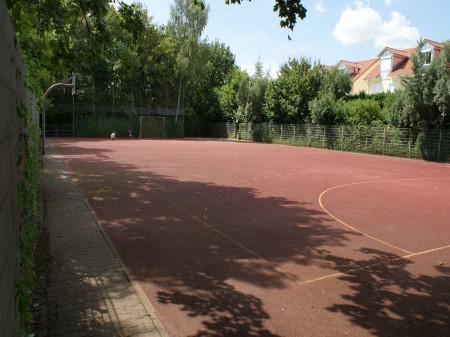 Sportplatz mit Basketballkorb am Heckenrosenweg