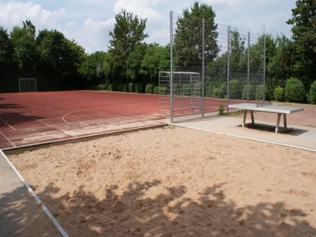 Sportplatz mit Toren, Sandkasten und Tischtennisplatte