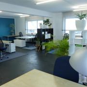 Blick auf einige Arbeitsplätze im Coworking Herrenberg