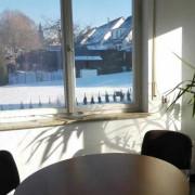 Besprechungsraum mit Blick aus dem Fenster