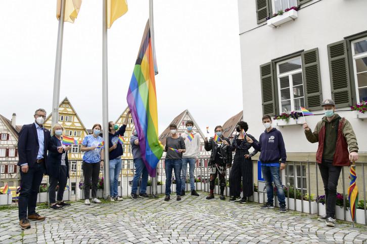 """Hissen der Fahne am vergangenen Montag mit OB Thomas Sprißler (links), Jugendlichen der """"pride flag""""-Gruppe und Gleichstellungsbeauftragte Birgit Hamm (zweite von links). Bild: Gabriel Holom"""