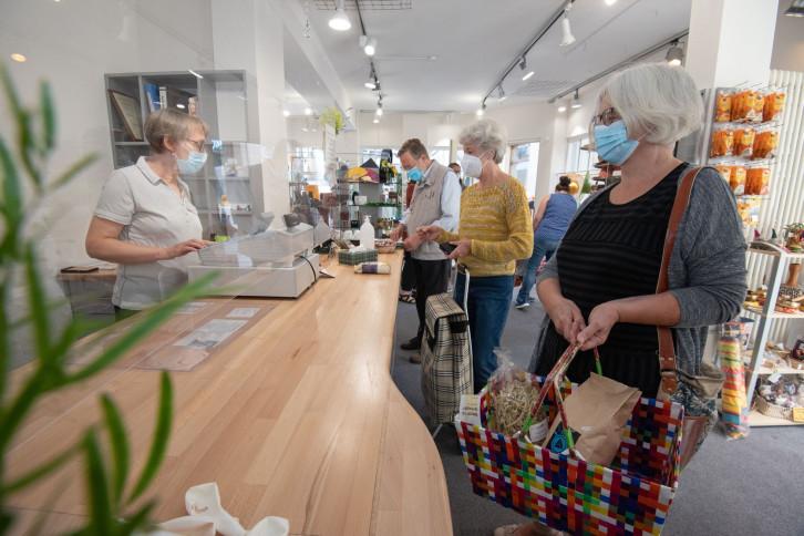 Foto von der Eröffnung des Herrenberger Weltladens am neuen Standort Marktplatz.