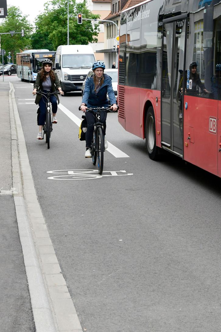 In der Horber Straße ist der Radfahrstreifen lediglich an einer Stelle – stadtauswärts zwischen Gebäude 23 und 19 – für wenige Meter unterbrochen.