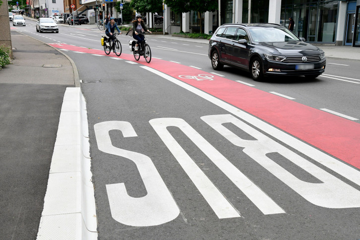 Ein Radschutzstreifen links entlang der Busbucht in der Hindenburgstraße macht den Radverkehr sicherer und flüssiger.