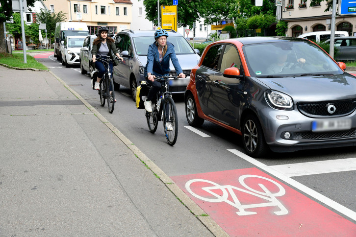 Radschutzstreifen in Richtung Innenstadt im Bereich des Übergangs von der Tü-binger Straße zur Hindenburgstraße gegenüber dem Hotel Hasen.