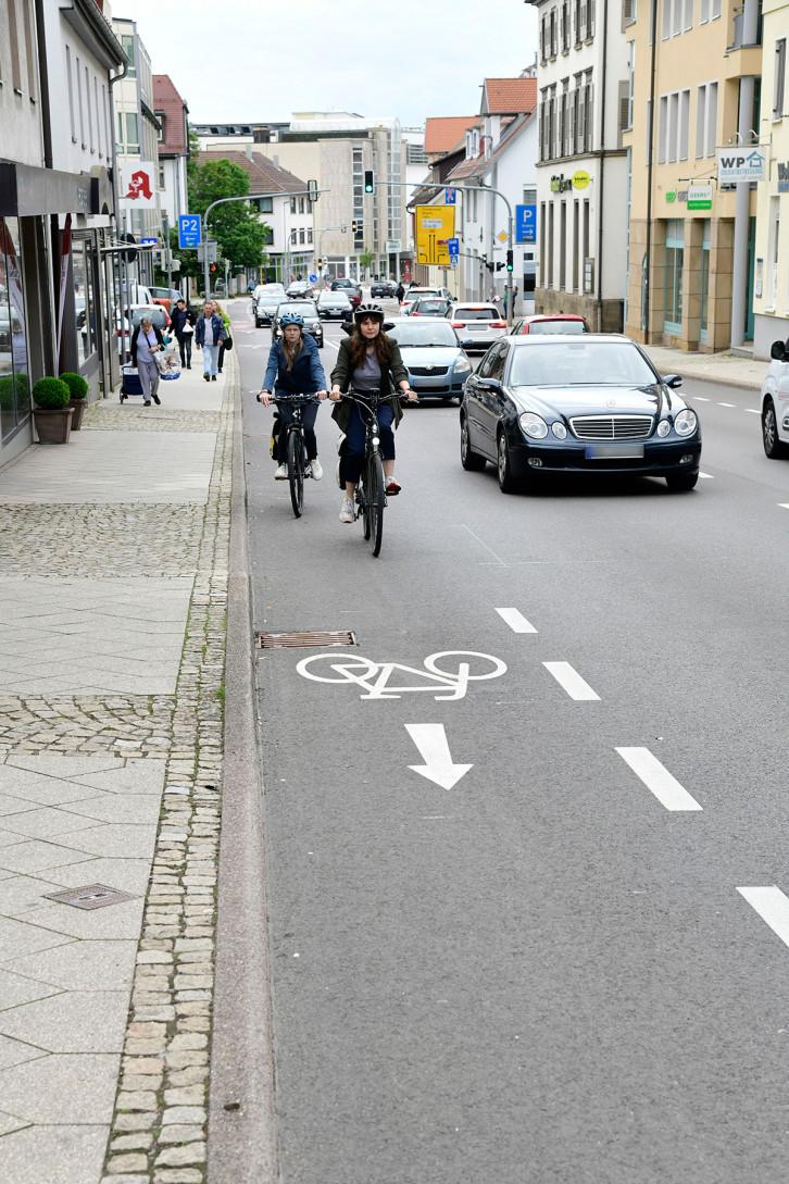 In der Hindenburgstraße ist der Radschutzstreifen im Bereich des Sanitätshauses Schaible und der Metzgerei Schill aufgrund notwendiger Anlieferungen unterbrochen.
