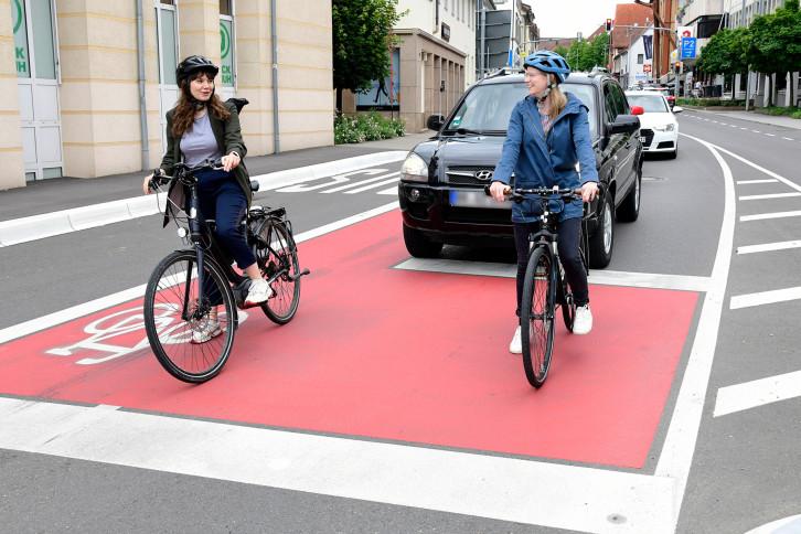 Auf dem Radaufstellstreifen, kurz ARAS, im Bereich der Bushaltestelle Hindenburgstraße (Bild) und in der Horber Straße im Kreuzungsbereich Raistinger Straße/Goethestraße können sich Radfahrende vor dem Fahrzeugverkehr aufstellen.