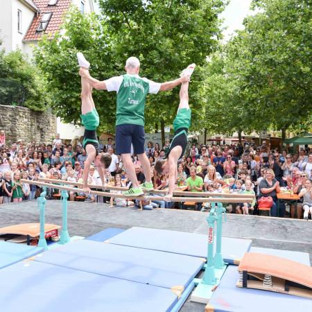 Die Turner vom Sportverein VfL zeigen in der Altstadt ihr Können am Barren