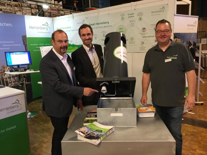 Lorawan: Ralf Heinzelmann, Tom Michael und Stefan Kraus (v.l.) präsentieren einen städtischen Mülleimer, der mit einem Sensor ausgestattet ist.