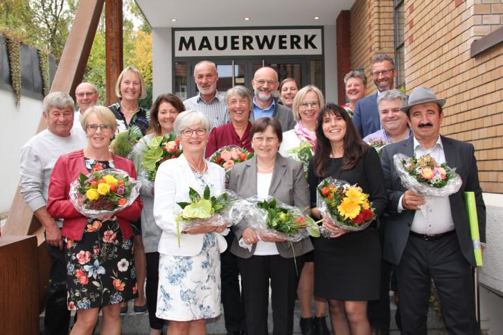Oberbürgermeister Thomas Sprißler mit den geehrten und verabschiedeten Mitarbeitenden.