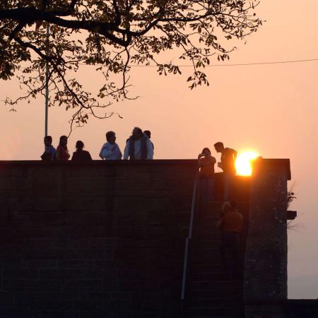 Sonnenuntergang auf der Aussichtsplattform auf dem Schlossberg