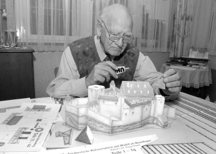 Traugott Schmolz beim Basteln seines Herrenberger Schlossmodells aus Pappe