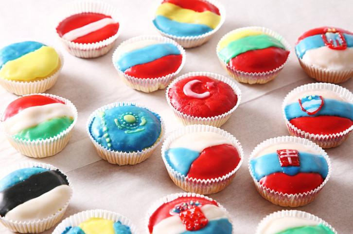 Kleine Kuchen mit verschiedenen Flaggen
