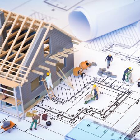 Bauarbeiter-Figuren auf einer Baustelle