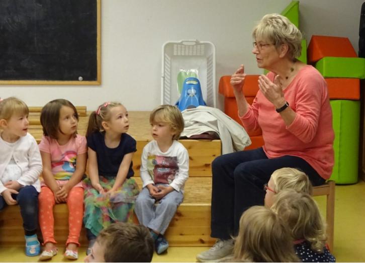 Viel Interesse zeigten die Kinder der Kita Kayh, als die gehörlose Heidemarie Mezger zu Besuch war.