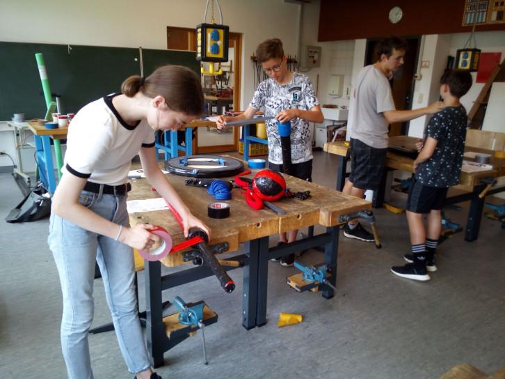 Schülerinnen und Schüler im Werkraum