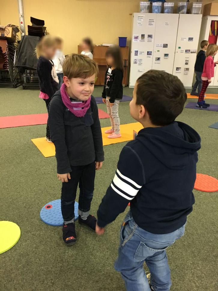 Kinder bei Übungen zum gewaltfreien Lernen