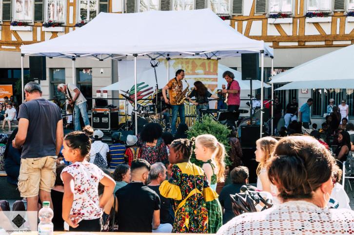 Bühne des Afrika-Festivals auf dem Herrenberger Marktplatz