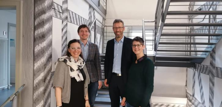 Hr Müller, Fr. Watkins, Hr. Sprißler und Fr. Hiesel im Klosterhof