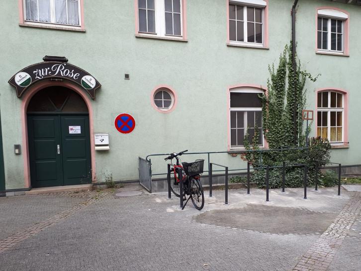 Eine neue Radabstellanlage gibt es jetzt in der Altstadt vor dem ehemaligen Gasthaus Rose.