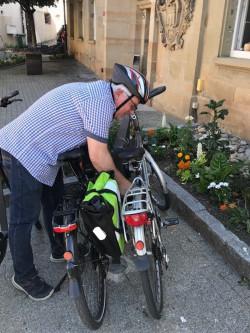 Peter Nolte macht das E-Bike startklar für seine Tour.